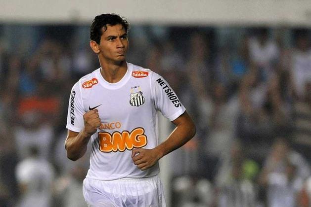 10. Paulo Henrique Ganso: Deixou o Santos em 2012, para atuar pelo São Paulo. No Tricolor, permaneceu até 2016. Também jogou por Sevilla-ESP e Amiens-FRA. Desde 2019, defende o Fluminense.