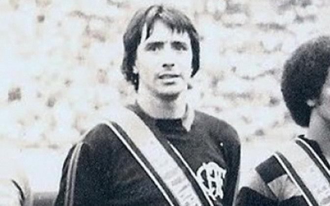 10  - Renato - Renato da Cunha Valle (5/12/1944, Rio). Prata da casa do Flamengo, no início da carreira viva sendo emprestado. Mas estourou em 1972, chegando à Seleção e sendo reserva de Leão na Copa-74. Foi campeão carioca em 1972 e 1974. No ano seguinte foi um dos envolvidos no famoso troca-troca do Fla com o Flu. Renato, Rodrigues Neto e Doval foram para o Tricolor; o goleiro Roberto, o lateral Toninho e o atacante Zé Roberto,  para a agremiação da Gávea