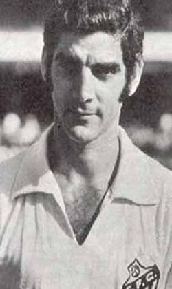 10 - Rildo - Pernambucano nascido em 23/1/1942, em Recife. Prata-da casa do Íbis (que nos anos 50 e 60 não era o 'pior do mundo'). Jogou pelo Sport e fez fama primeiro no Botafogo de Garrincha, quando chegou para ser o sucessor de Nilton Santos (1961 a 1966) e, depois, no Santos de Pelé (1967 a 1972). Também atuou no Cosmos (EUA) e encerrou a carreira nos Estados Unidos em 1980. Entre 1963 e 1969 defendeu a Seleção em várias oportunidades e jogou a Copa-66. Seu ponto forte: marcação.