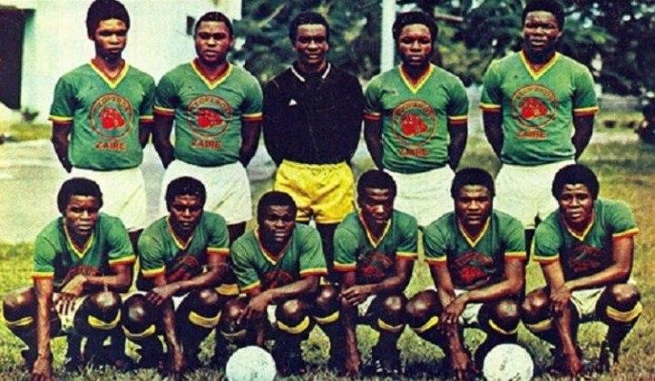 """10- ZAIRE 1974: Em 1974, o Zaire (atual República Democrática do Congo) era regido por uma ditadura. Comandados pelo ditador Mobutu Sese Seko, o país foi a primeira nação da chamada """"África negra"""" a jogar uma copa do mundo. Os jogadores viajaram à Alemanha Ocidental com a esperança de receber salários, carros e prêmios, prometidos pelo ditador."""