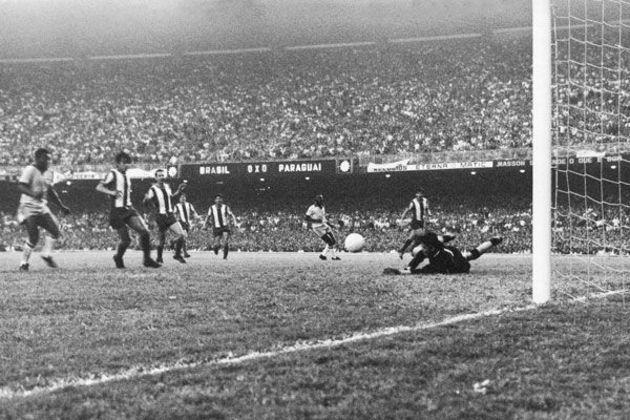 11 - Brasil 1x0 Paraguai (1969) - O jogo válido pela última rodada das eliminatórias para a Copa do Mundo de 1970 entrou para a história. Foi a partida com o maior público pagante da história do estádio. O borderô oficial mostrou que 183.341 pessoas pagaram ingresso para ver a partida e este é, oficialmente, o recorde do Maracanã, e jamais será batido.