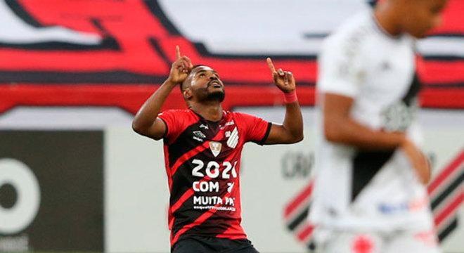 11º colocado – Athletico-PR (34 pontos/27 jogos): 0,001% de chances de ser campeão; 2,4% de chances de Libertadores (G6); 2,9% de chance de rebaixamento.