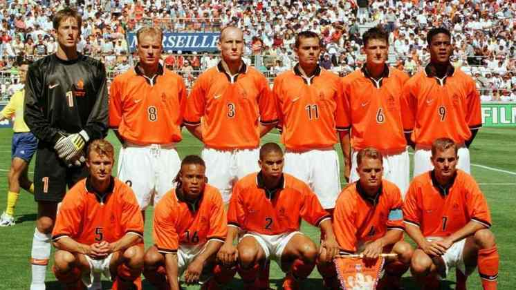 11) Com uma vitória e dois empates, a Holanda foi líder do grupo E na Copa do Mundo de 1998. Depois, passou por Iugoslávia (2 a 1, nas oitavas), Argentina (2 a 1, nas quartas), mas parou no Brasil nas semis, quando empatou por 1 a 1 no tempo normal e foi eliminada nos pênaltis.