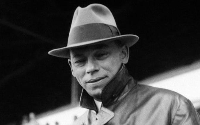 Dori Kruschner (Hungria): Dori também treinou o Flamengo, ficando por lá de 1937 a 1938. Os números de seu trabalho no rubro-negro são: 71 jogos, 39 vitórias e 60% de aproveitamento. O húngaro fez a imprensa chamar o time de