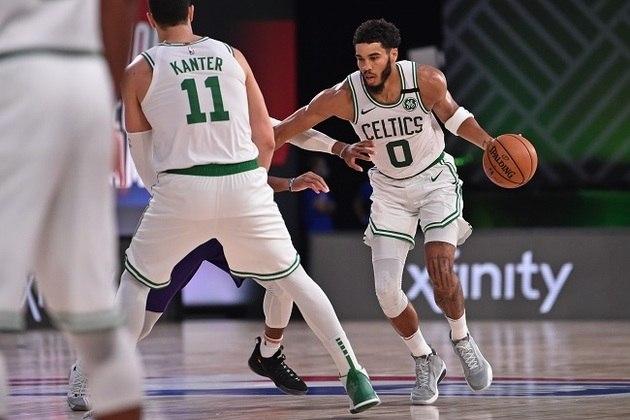 11- Jayson Tatum (Boston Celtics) Sua evolução é clara. Tatum é um All Star, mesmo com apenas 22 anos. O atleta assumiu o protagonismo, especialmente quando Kemba Walker lesionou o joelho. Com o time completo, é ele quem vai comandar o Celtics. Possui médias de 23.6 pontos, 7.1 rebotes e 1.4 roubada
