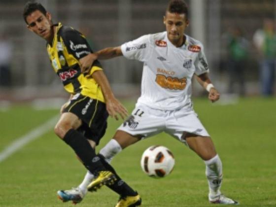 11. Neymar Jr.: Astro daquele elenco, deixou o Santos em 2013, negociado pelo Barcelona-ESP. Em 2017, transferiu-se ao Paris-Saint Germán-FRA, onde está atualmente. Foi o camisa dez da Seleção Brasileira nas duas últimas Copas do Mundo (2014 e 2018).
