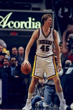 11- Rik Smits (2,24 metros) - A carreira do holandês Rik Smits foi feita exclusivamente no Indiana Pacers. O pivô foi convocado para um Jogo das Estrelas, em 1997-98. Ele parou de jogar em 1999-00, aos 33 anos, com médias de 14.8 pontos, 6.1 rebotes e 1.3 toco