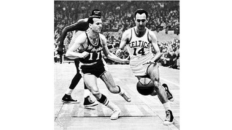 12- Bob Cousy (seis títulos): O ex-armador liderou o Celtics no primeiro título da sua história, em 1957, ano em que também foi eleito o MVP da temporada. Enquanto que Bill Russell foi notadamente o melhor jogador defensivo daquele time histórico de Boston, Bob Cousy era inegavelmente o cérebro do time no ataque.