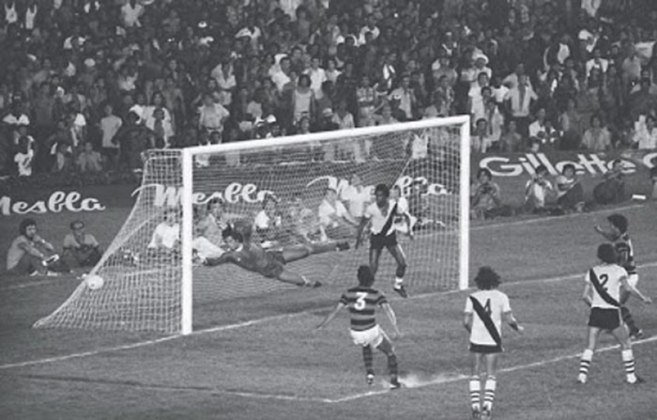 12 - Flamengo 1 x 0 Vasco (1978) - O gol de Rondinelli não só sacramentou o título do Flamengo sobre o maior rival, como foi o marco, que deu início a uma brilhante geração, que fez história no clube nos anos 80.