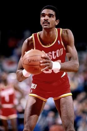 12- Ralph Sampson (2,24 metros) - Primeira escolha do draft de 1983, o pivô fez parte das Torres Gêmeas do Houston Rockets, com Hakeem Olajuwon. Foi para o Jogo das Estrelas nas primeiras quatro temporadas, mas uma sucessão de lesões tirou-o do melhor ritmo e encerrou a carreira aos 31 anos, em 1991-92