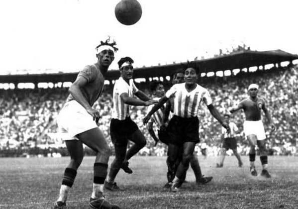 13 - Brasil 5 x 3 Barracas: o dia 6 de janeiro de 1929 ficou marcado na história de São Januário, por ter sido a primeira vez que a Seleção Brasileira jogou no estádio. Na época ainda se realizava amistosos entre clubes e seleções, assim, em jogo movimentado, o Brasil venceu o argentino Barracas por 5 a 3.