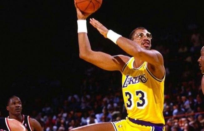 """13- Kareem Abdul-Jabbar (seis títulos): O maior cestinha da NBA de todos os tempos conquistou seis títulos no total, primeiramente com o Milwaukee Bucks e, mais tarde, com o Los Angeles Lakers. Sua principal arma ofensiva era o gancho de grande elevação, apelidado de """"sky hook""""."""