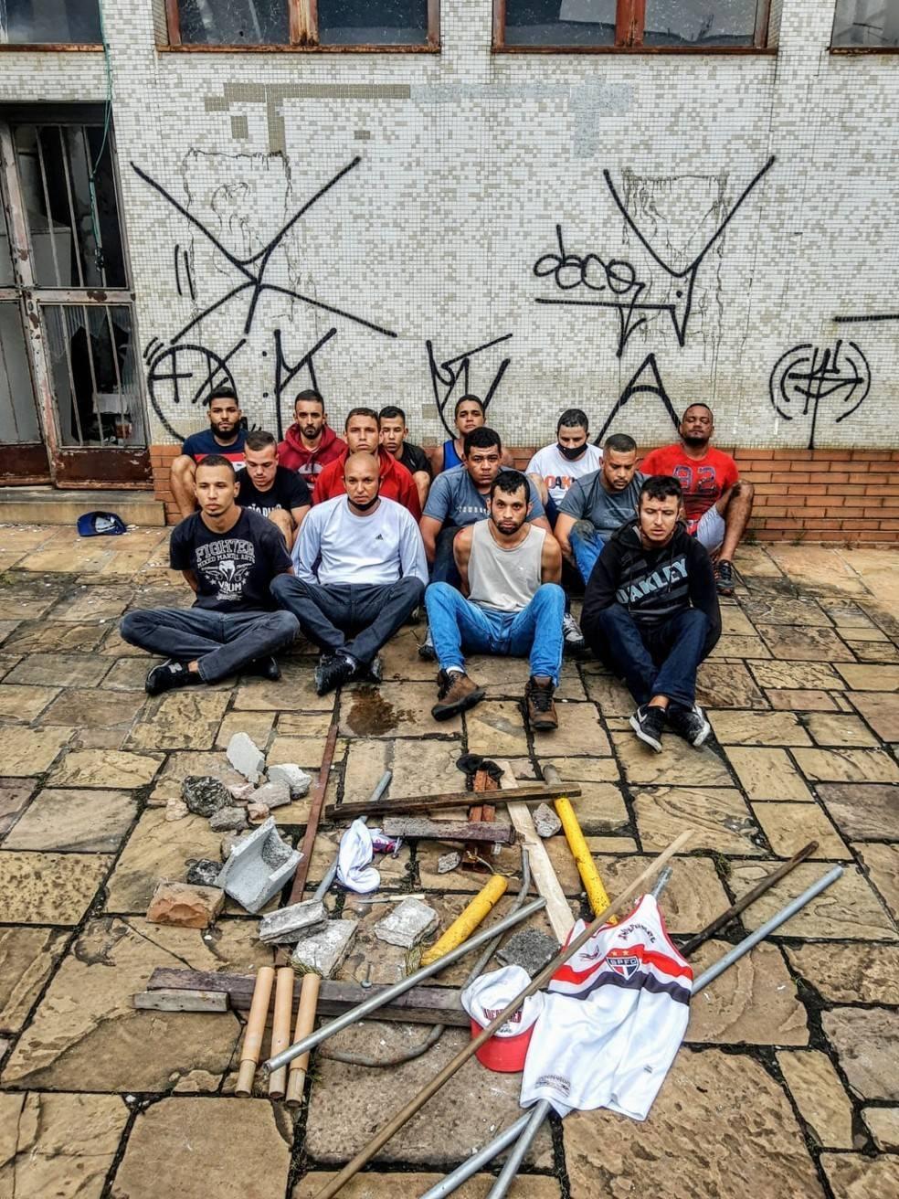 14 homens foram detidos pela Polícia Militar. Embaixo deles, as armas contra o ônibus