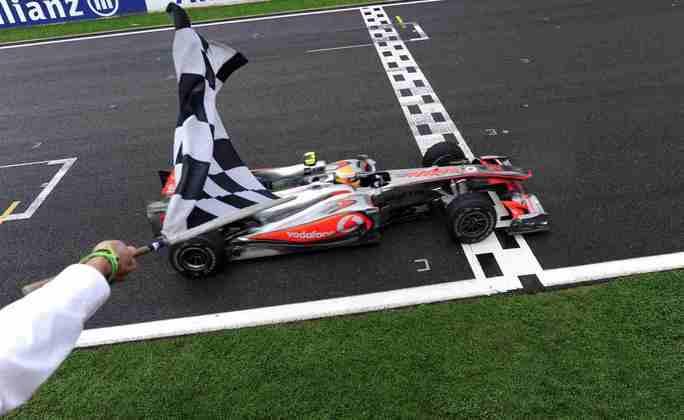14 - Em uma corrida com pista molhada e seca, Lewis Hamilton mostrou o talento para vencer em Spa-Francorchamps e entrar na briga pelo título