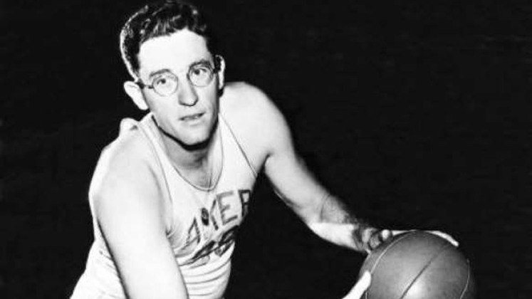 14- George Mikan (cinco títulos): Foi o primeiro super astro da história da NBA. Mikan revolucionou o basquete com os seus 2,08 metros de altura. Foi pentacampeão com o Minneapolis Lakers entre as décadas de 40 e 50.
