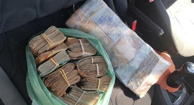 Quantia estava escondida em um fundo falso no painel do carro