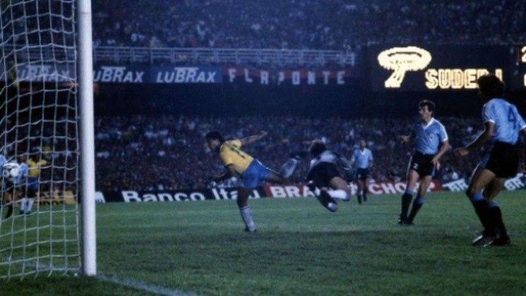 15 - Brasil 1x0 Uruguai (1989) - A seleção não ganhava a Copa América há 40 anos, e a pressão aumentava após as derrotas nos Mundiais de 82 e 86. Porém, após passe de Mazinho, Romário marcou o gol da vitória e do título brasileiro em pleno Maracanã.