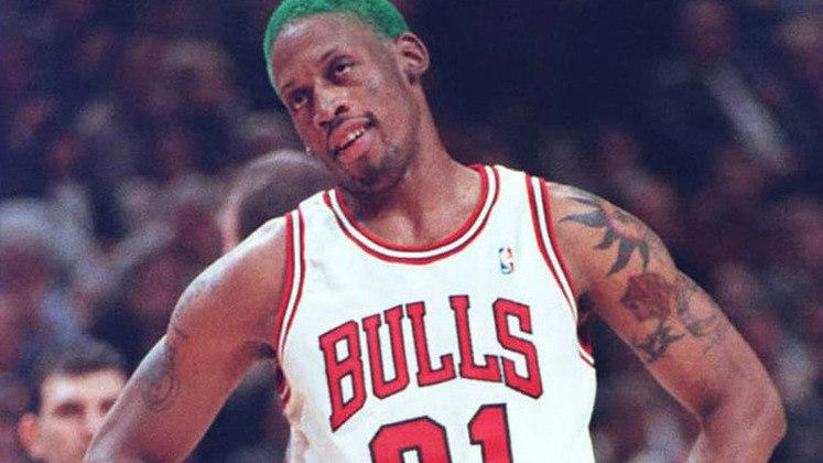 """15- Dennis Rodman (cinco títulos): Um dos jogadores mais emblemáticos da história da NBA, Rodman fez parte do polêmico time do Detroit Pistons chamados de """"bad boys"""". Depois, juntou-se a Michael Jordan e Scottie Pippen para vencer o segundo tricampeonato da história do Chicago Bulls."""