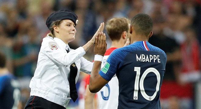 Integrante do grupo feminista Pussy Riot cumprimenta Mbappé na final da Copa