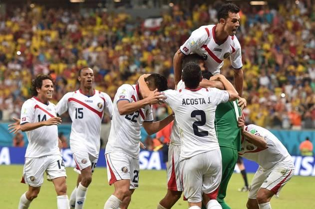 17) A surpreendente Costa Rica foi a líder do grupo D (2V e 1 E), à frente do Uruguai, na Copa de 2014. Nas oitavas, empatou com a Grécia por 1 a 1 e passou nos pênaltis. Já nas quartas, também empatou com a Holanda por 0 a 0, mas acabou eliminada ao perder nas penalidades.