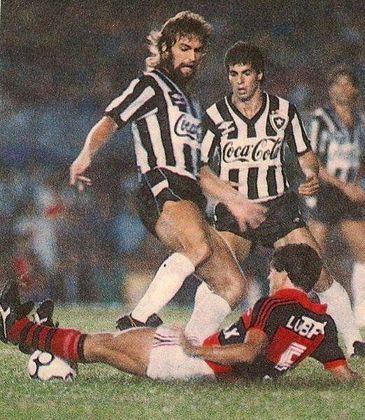 17 - Botafogo 1 x 0 Flamengo (1989) - O dia 21 de junho de 1989 ficou marcado pelo fim do jejum de 21 anos do Botafogo sem títulos. Na decisão contra o Flamengo, Maurício fez o gol da vitória por 1 a 0 e carimbou o título. O Glorioso era comandado pelo saudoso Valdir Espinosa.