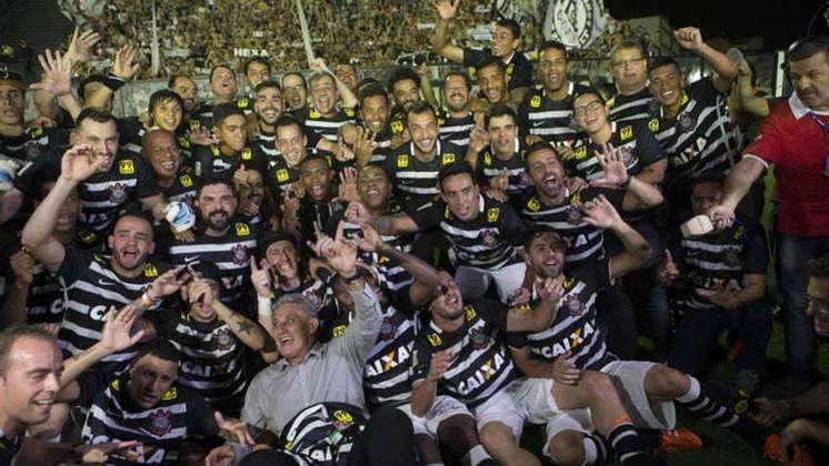 19 de novembro de 2015 - Corinthians conquista o Brasileirão de 2015 ao garantir a primeira posição na tabela do campeonato por pontos corridos.
