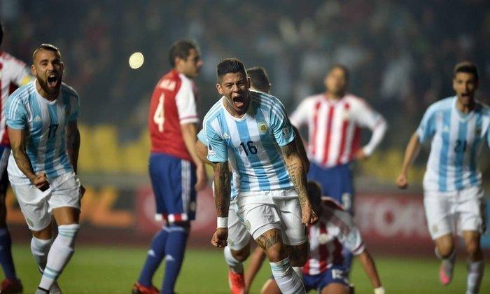 19) Em 2015, a Argentina fez uma ótima campanha na Copa América: foi líder do grupo B (duas vitórias e um empate), eliminou Colômbia nos pênaltis nas oitavas (após 0 a 0 no tempo normal) e Paraguai nas quartas, por 6 a 1. Na grande final, porém, acabou ficando com o vice após perder nas penalidades para o Chile (4 a 1), com 0 a 0 no tempo regulamentar.