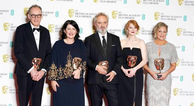Sam Mendes, ao centro, foi o grande vencedor do prêmio Bafta, com o longa '1917'