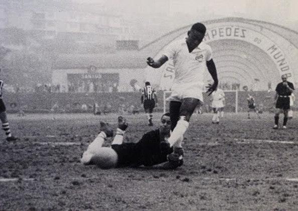 1958 -Santos 6 x 1 Corinthians - Goleada de 6 a 1 para o Peixe contra o rival alvinegro. Pelé ainda dava os primeiros passos no Santos, mas acabou com o jogo. O Rei marcou quatro vezes, enquanto Pepe e Pagão fecharam o placar.