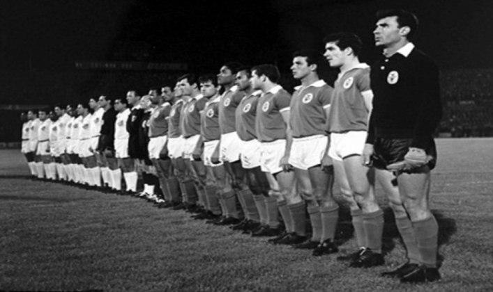 1962 - Benfica 2 x 5 Santos - O primeiro título mundial do Peixe foi em grande estilo. Em plena Lisboa, o Santos deu show e goleou os donos da casa, Pelé, três vezes, Coutinho e Pepe fizeram os gols santistas.