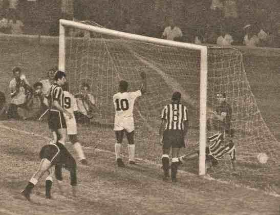 1963 - Botafogo 0 x 5 Santos - 1963 foi o ano do Santos. Em pleno Maracanã, o Peixe goleou o Botafogo de Garrincha por 5 a 0, pela Taça Brasil. Pelé (2), Coutinho, Dorval e Pepe fizeram os gols santistas.