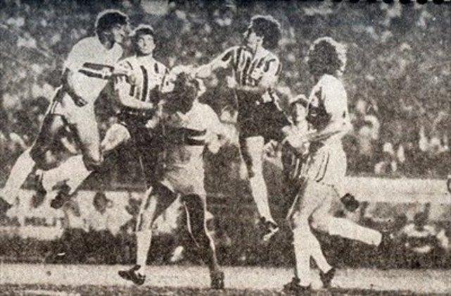 1982 - Fase de grupos - Em 82, mais uma eliminação na fase de grupos. O Tricolor ficou em segundo lugar do Grupo 2, em que só se classificava o primeiro colocado. Peñarol (URU), Grêmio e Defensor (URU) eram os outros clubes da chave.