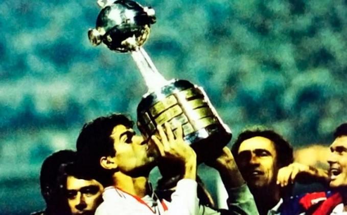 1992 - Campeão - O primeiro título do São Paulo na Libertadores aconteceu em 1992. Comandado por Telê Santana, o Tricolor se classificou no grupo com Criciúma, Bolívar (BOL) e San Jose (BOL). Nas oitavas, passou pelo Nacional (URU), nas quartas eliminou o Criciúma e na semi o Barcelona de Guayaquil (EQU). Na grande decisão, vitória nos pênaltis sobre o Newell's Old Boys (ARG).
