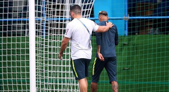 Neymar deixa o treino acompanhado de seu fisioterapeuta