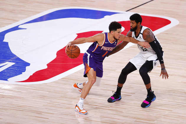 2- Devin Booker (Phoenix Suns): 35 pontos, oito assistências, quatro rebotes, seis em nove em três pontos. O Phoenix Suns, um dos times com menos chances a obter uma das vagas aos playoffs, está invicto em Orlando. Na vitória sobre o Los Angeles Clippers, Booker acertou um lindo arremesso para garantir o triunfo no estouro do cronômetro