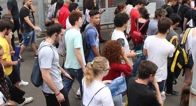 Alunos chegam aos locais de prova no 2º dia de Enem