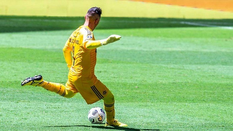 2. Diego Alves - 765 minutos (9 jogos)