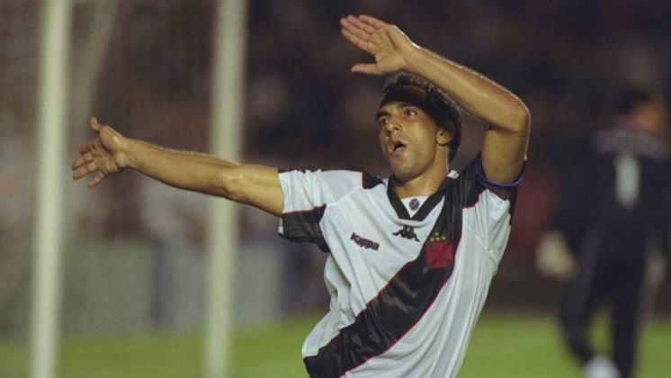 2º - Edmundo - Outra cria de São Januário, Edmundo brilhou também no Palmeiras. Além disso, teve rápidas passagens por Flamengo e Corinthians nos anos 90. Seu auge, no entanto, foi mesmo no Vasco, em 1997, quando se sagrou campeão, artilheiro e bateu o recorde de gols em uma edição de Campeonato Brasileiro até então. Foram 29 bolas na rede somente naquele ano. No total, Edmundo marcou 81 gols nos Brasileirões dos anos 90.