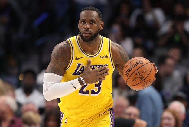 2- LeBron James (Los Angeles Lakers) Aos 35 anos, o astro segue sendo considerado o melhor da atualidade, mesmo tendo vencido o seu último MVP em 2013. Chega para lutar por seu quarto título na carreira e lidera a liga em assistências (10.6). James faz ainda 25.7 pontos e 7.9 rebotes, além de um aproveitamento de 49.8% nos arremessos