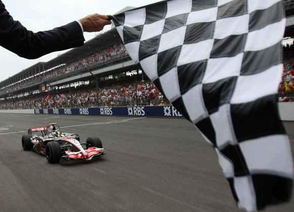 2 - Na corrida seguinte, em Indianápolis, Lewis Hamilton precisou segurar os ataques de Fernando Alonso para conquistar a segunda vitória na Fórmula 13 - A terceira vitória de Lewis Hamilton na Fórmula 1 foi no GP da Hungria de 2007. A prova foi marcada pelo incidente com Fernando Alonso na classificação, quando o espanhol o segurou nos boxes e acabou punido
