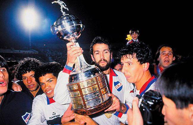 2 - Nacional (URU)   A equipe uruguaia acumula 170 vitórias em 401 partidas pela Libertadores e é o clube que mais esteve na competição, com 48 participações até a edição atual. O Nacional já conquistou o torneio três vezes.