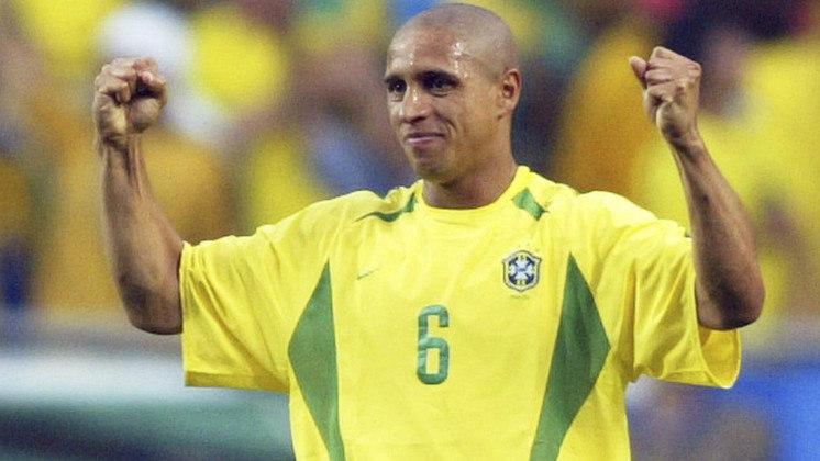 2 - Roberto Carlos - Paulista de Garça, nascido em 10/4/1973. É um dos maiores papa-títulos do futebol mundial. Ganhou todas as competições mais relevantes: dois Mundiais de clubes, quatro Champions e quatro espanhois (todos pelo Real Madrid), dois Brasileiros (pelo Palmeiras) e ainda fez sucesso no Corinthians, Inter de Milão e Fenerbahçe. Na Seleção, números incríveis: 126 jogos (só Cafu o supera), uma Copa (2002), duas Copas Américas (1997 e 1999) e uma Copa das Confederações (1997). Sete vezes melhor lateral da Europa e uma vez segundo melhor jogador do mundo (1997). Aposentou-se em 2012, virou treinador por alguns anos e hoje trabalha no estafe do Real Madrid. Seus pontos fortes: apoio e finalização.