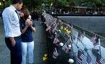 Katie Mascali  é consolada pelo noivo Andre Jabban  diante do diante do nome do pai dela, Joseph Mascali, no Memorial em Manhatan, em NY
