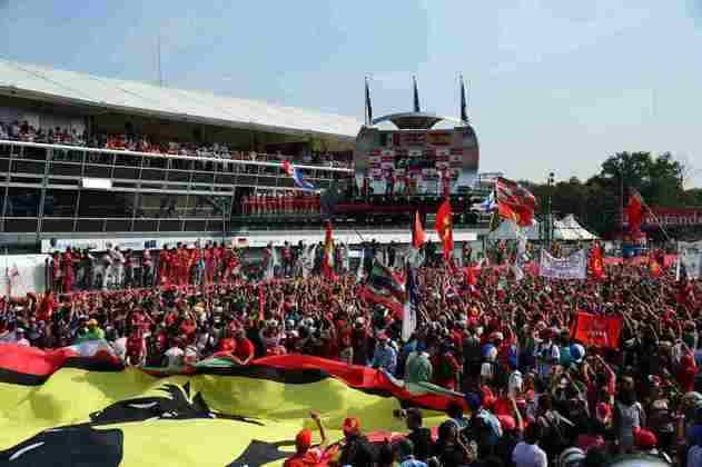 20 - No GP da Itália de 2012, Hamilton segurou a dupla da Ferrari e conquistou mais uma vitória na carreira, a primeira em Monza