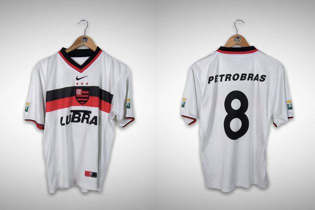 2001 - A primeira camisa do século tinha a listra dupla na região do peito, o escudo inteiro centralizado e a gola com detalhes rubro-negros.