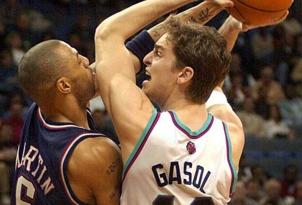 2002 - Pau Gasol (ala-pivô/pivô, Memphis Grizzlies): terceira escolha do Draft de 2001, Gasol teve médias de 17,6 pontos e 8,9 rebotes em seu ano de estreia. O espanhol foi seis vezes selecionado para o Jogo das Estrelas (2006, 2009, 2010, 2011, 2015 e 2016) e bicampeão da NBA pelo Los Angeles Lakers (2009 e 2010).