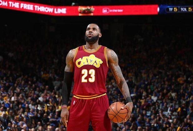 2004 - LeBron James (ala, Cleveland Cavaliers): primeira escolha do Draft de 2003, LeBron chegou à NBA com status de superestrela e teve médias de 20,9 pontos, 5,5 rebotes e 5,9 assistências em sua estreia. Considerado um dos maiores jogadores da história, o astro já conquistou três títulos e o MVP das finais (2012, 2013, 2016), além de ter sido selecionado para o Jogo das Estrelas nas últimas 16 temporadas (2005–2020).