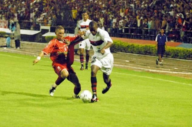 2004 - O Flamengo também estreou logo na primeira fase, assim como todas as equipes que iniciaram a Copa do Brasil sem vantagem. O CRB foi seu primeiro adversário e, em uma partida de oito gols, as equipes deram o pontapé com um empate em 4 a 4. Anderson abriu o placar para o CRB logo aos cinco minutos. O empate só veio 32 minutos depois, com gol de Andrezinho. Diogo marcou mais três gols para o Flamengo e o CRB completou com Leandrinho e dois de Marcinho. Nesta edição, o Rubro Negro ficou com o vice após perder para o Santo André na final.