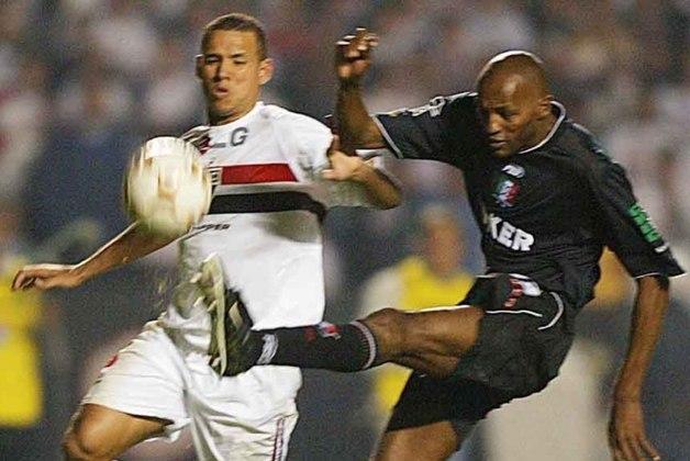 2004 - Semifinal - Depois de ficar dez anos sem disputar a Libertadores, o São Paulo foi semifinalista em 2004. Passou em primeiro no grupo com LDU (EQU), Alianza Lima (PER) e Cobreloa (CHI). Nas oitavas, eliminou Rosário Central (ARG) e nas quartas o Deportivo Táchira (VEN). Porém saiu para o Once Caldas (COL), nas semis.