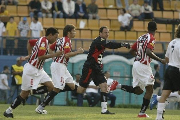 2005 - Corinthians 1 x 5 São Paulo - A maior goleada do Tricolor em cima do rival no século foi no Pacaembu, pelo Brasileiro de 2005. Gols de Rogério Ceni, Luizão (2), Cicinho e Danilo.